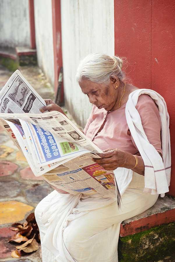 Бабуся читає ранкову газети, а ввечері дивиться серіали