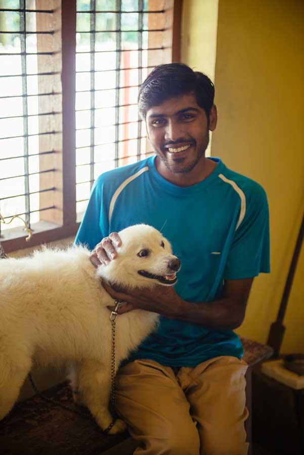 Наш знайомий Aeswar Lal із своїм улюбленцем