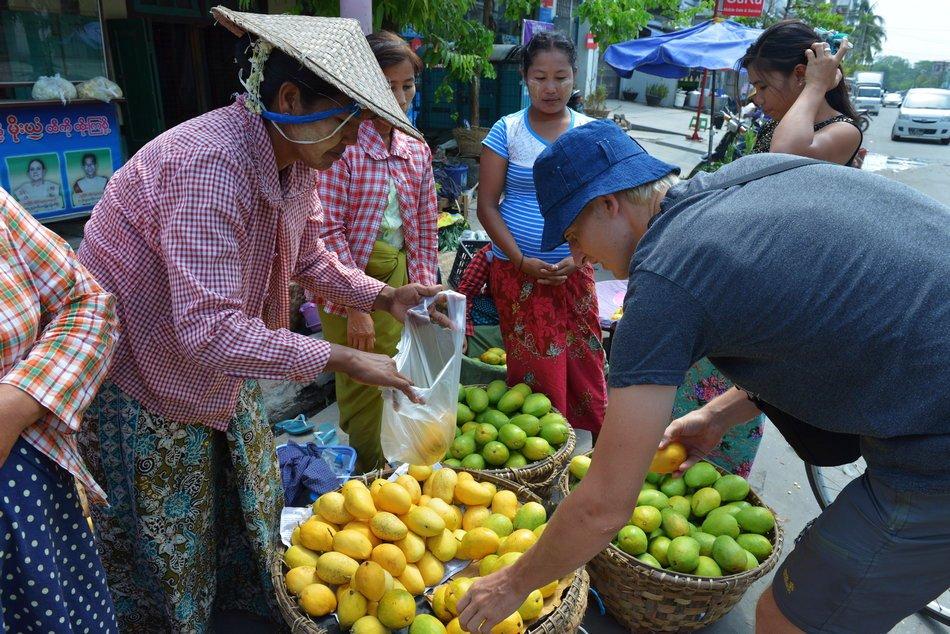 Діма обирає найсмачніші манго