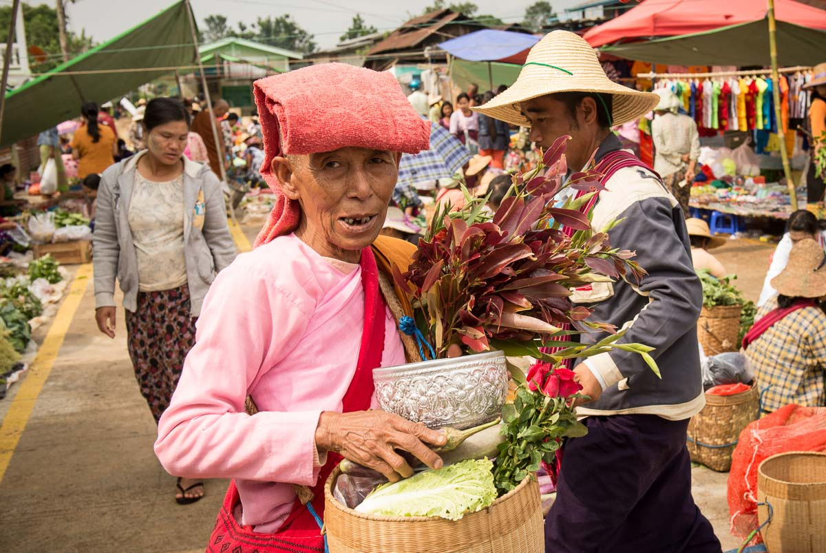 Монах на ринку в Kalaw